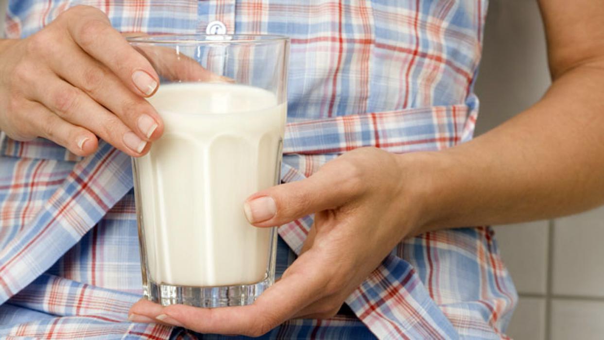 Можно ли пить кефир при запоре взрослым и детям?